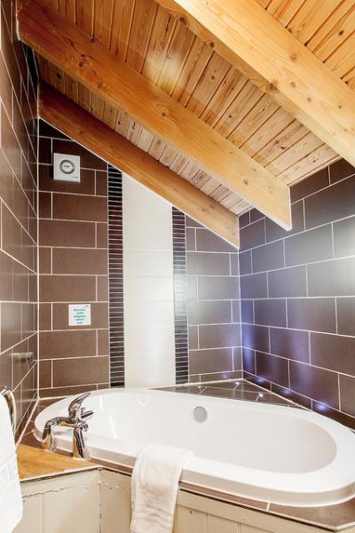 bathroom in Golden Oak Treehouse