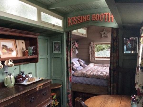 The Showmans Wagon - Kissing Booth