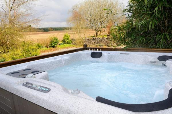 Hot tub with view at Muckle Howf