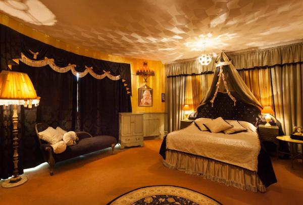 Pin up Parlour room
