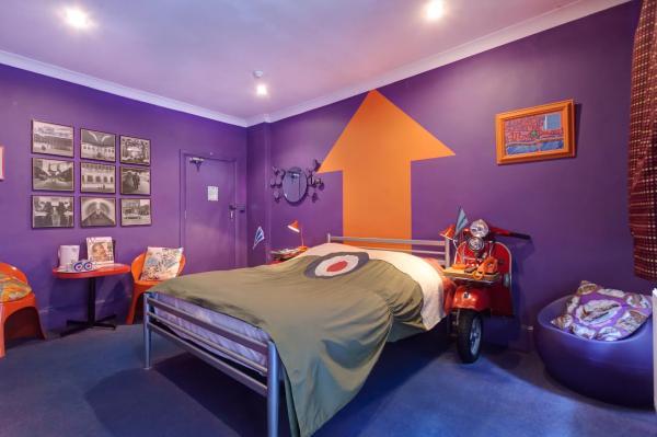 Modrophenia room