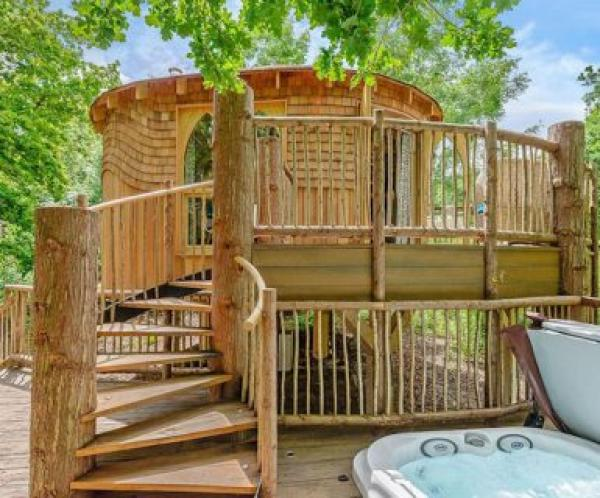 treehouse with hot tub for 2