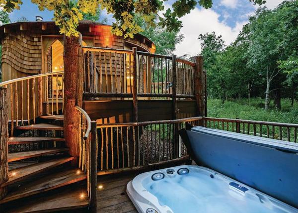 Woodside Bay Treehouse with hot tub