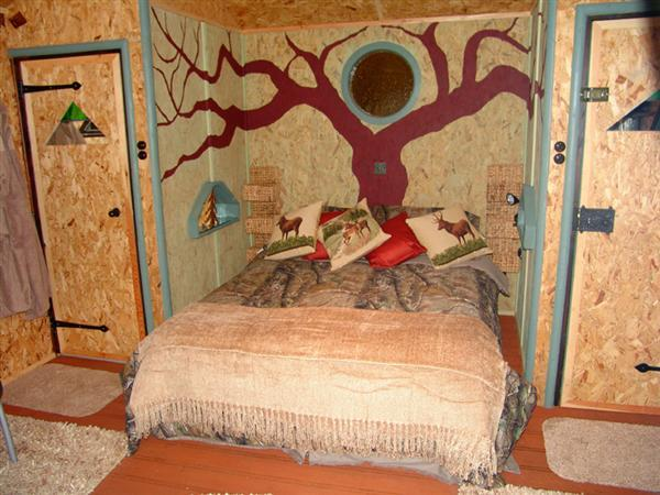 Kingsize bed in the treehouse