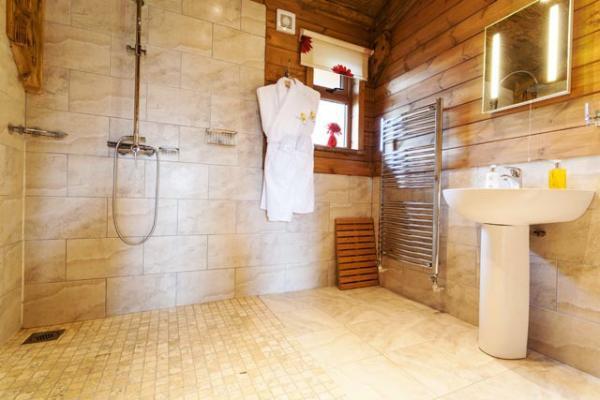 wet room bathroom at Honey Lodge