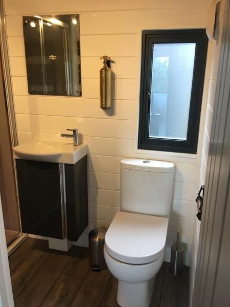 ensuite bathroom facilities in Toad
