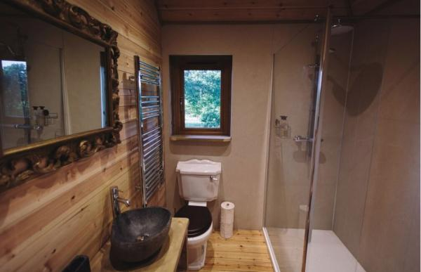 Luxurious treehouse bathroom