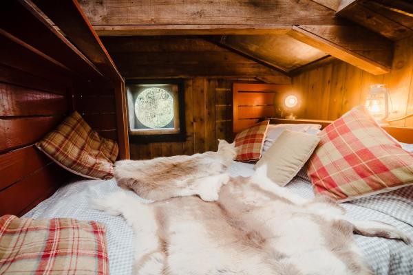 cosy suspended king size bed