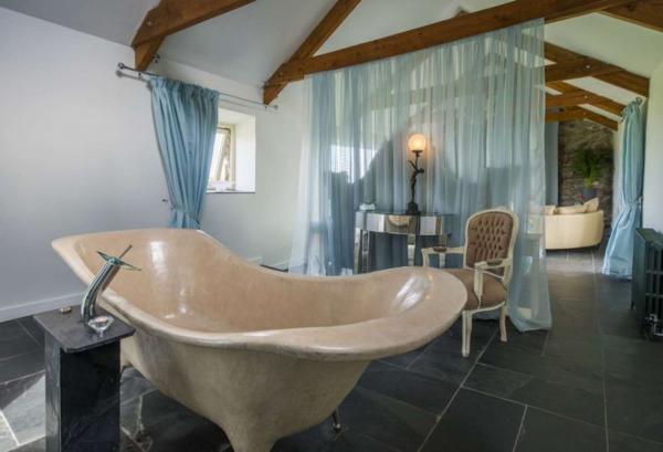 Lamorna View with long stone bath