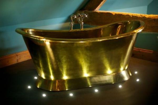 Freestanding brass bath