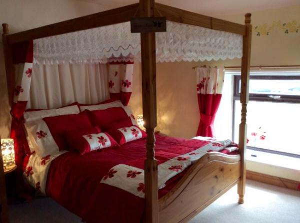 Four poster bedroom in cottage