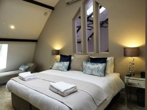 Double bedroom with arches