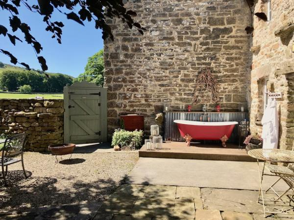 outdoor hot tub at Shepherds Cottage