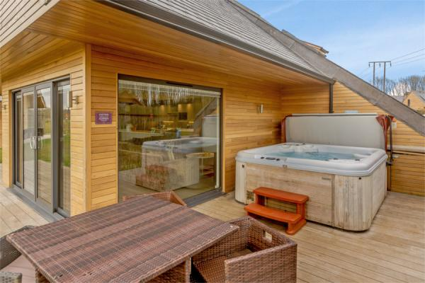 Lodge with hot tub at Kilnwick Percy Resort