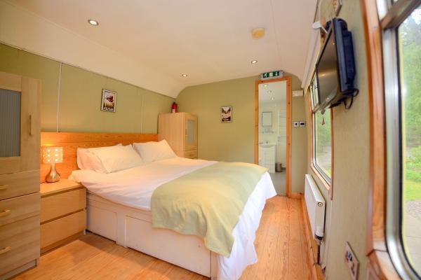 Carriage 2 - twin bedroom with en-suite 2